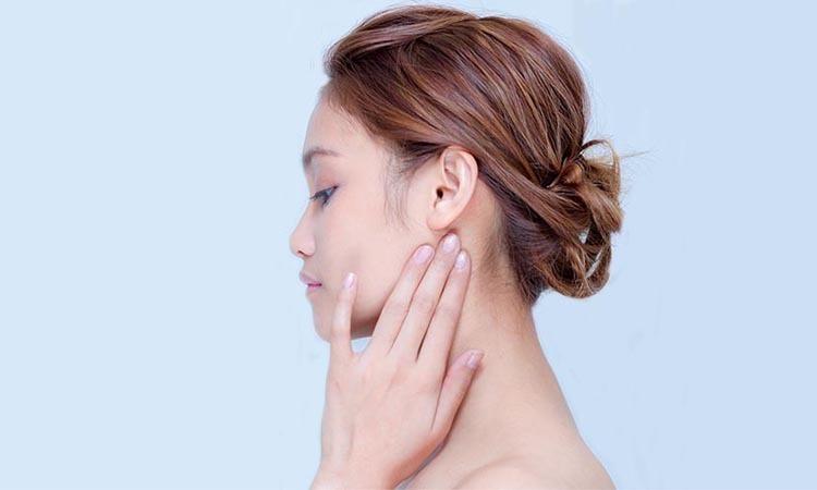 penyebab jerawat di leher