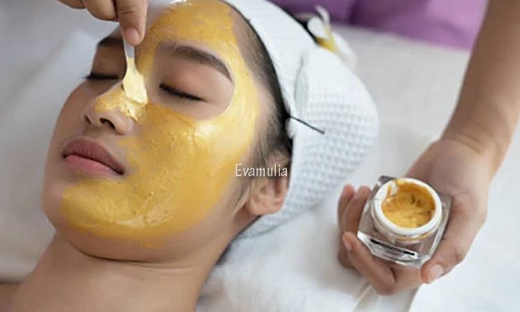 eva mulia - perawatan wajah - masker emas - Tren kecantikan saat ini memang lebih beragam. Bahkan, tidak jarang sejumlah perawatan menggunakan bahan-bahan yang tidak terpikirikan sebelumnya