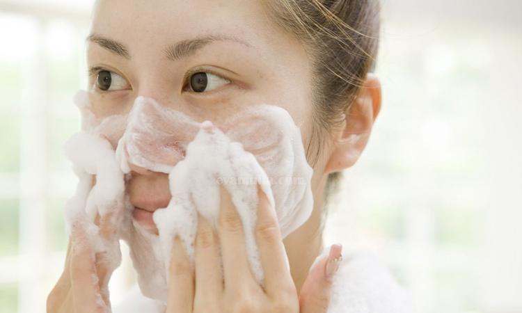 Evamulia - Mengurangi wajah berminyak - cara mengurangi minyak di wajah - tips mengatasi wajah berminyak - wajah berminyak - obat wajah berminyak - jenis wajah