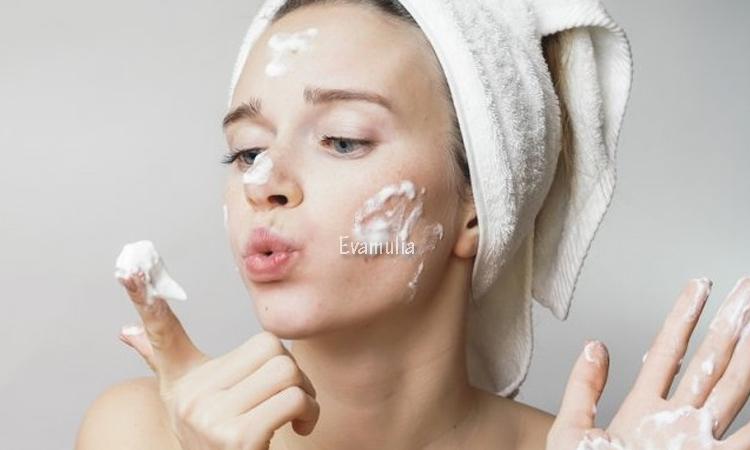 Klinik Eva Mulia - Klinik Kecantikan - Tips perawatan Wajah - Sabun cuci muka untuk kulit kering - Memilih produk perawatan untuk kulit kering memang tidak dapat sembarangan, begitu pun ketika Anda memilih produk sesederhana sabun cuci muka. Alih-alih membuat kulit menjadi lembap dan kenyal, pemakaian sabun cuci muka yang keliru justru dapat menimbulkan iritasi dan kerusakan.
