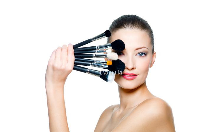 Eva mulia - Tips menggunakan make up saat berjerawat - Klinik kecantikan - Tips perawatan wajah - Bagi sebagian orang menggunakan make up untuk menutupi jerawat di wajah merupakan solusi. Namun, penggunaan makeup saat sedang ber-jerawat tidak menjadi cara yang tepat.