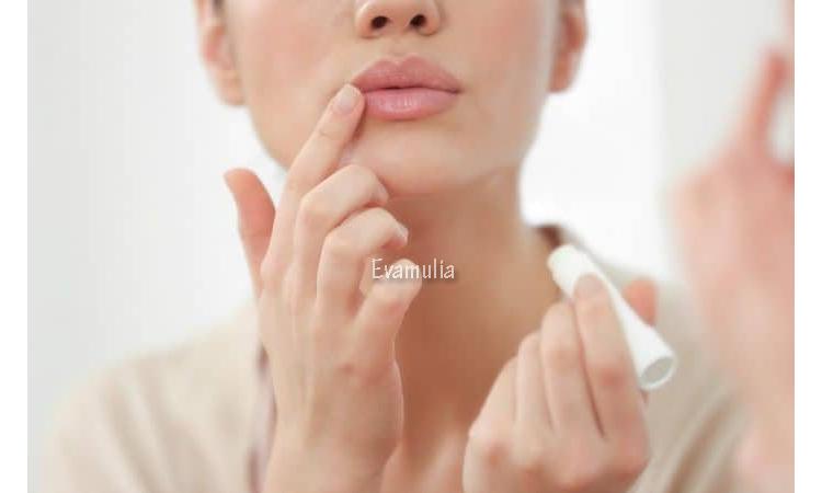 Eva Mulia - Klinik Evamulia - Jerawat di Bibir - Perawatan Wajah - Jerawat bisa muncul dimana saja, salah satunya jerawat di bibir. Meskipun kecil, jerawat di sekitar bibir umumnya jauh lebih nyeri dibandingkan area wajah lainnya. Tidak heran jika munculnya jerawat ini membuat makan atau berbicara tidak nyaman.