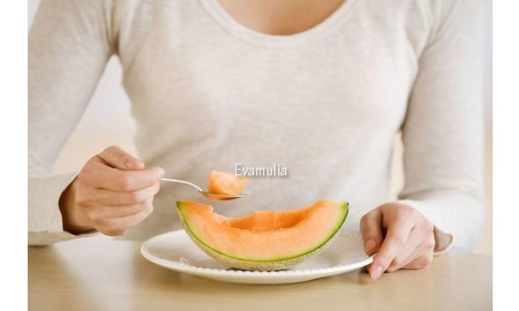 Eva Mulia - Klinik Evamulia - Perawatan Wajah - Manfaat Melon Jingga Untuk Kesehatan - Seperti yang kita ketahui, siapa yang tidak kenal dengan buah melon. Buah yang memiliki rasa manis dan menyegarkan ini ternyata memiliki banyak jenis yang tidak kalah enak. Contohnya seperti jenis buah melon jingga.