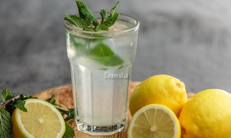 Eva Mulia - Klinik Evamulia - Perawatan Wajah - Manfaat Air Lemon Hangat - Jika selama ini kalian hanya mengkonsumsi teh atau kopi di pagi hari, kali ini kalian bisa mepertimbangkan air lemon hangat untuk diminum. Hal ini karena manfaat air lemon hangat di pagi hari, termasuk untuk menyegarkan nafas.